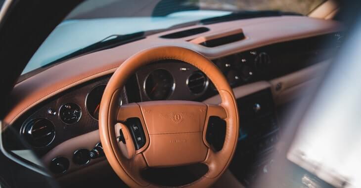 enterijer automobila Bently od braon kože