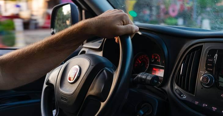 prikaz enterijera i volana automobila Fiat
