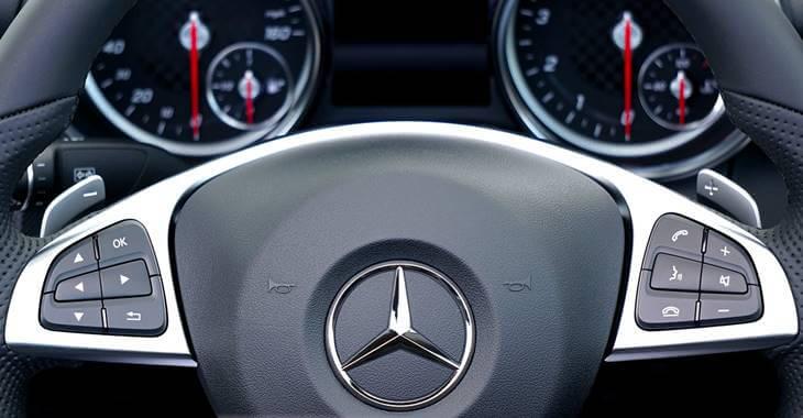 Crni volan automobila Mercedes