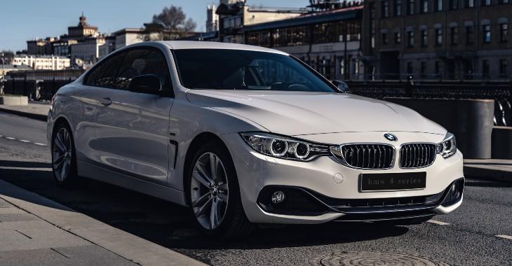 bočni prikaz belog automobila BMW
